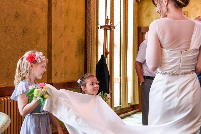 children helping the bride